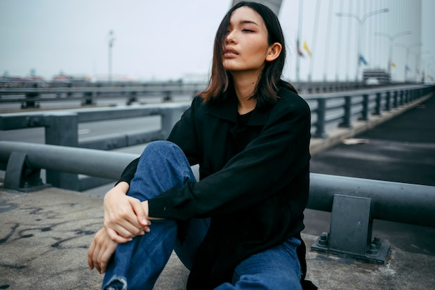 Femme asiatique dans la ville