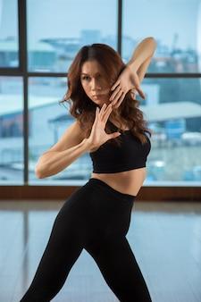 Femme asiatique, debout, dans, danse, pose