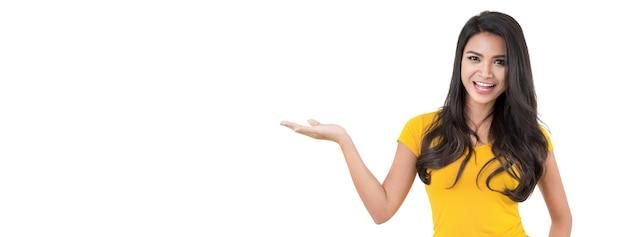 Femme asiatique décontractée avec le geste de la paume ouverte (main)