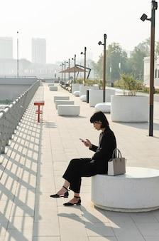 Femme asiatique, délassant, dehors