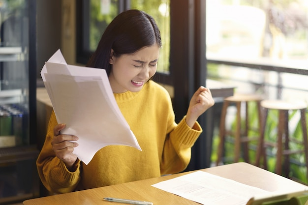 Femme asiatique avec des documents