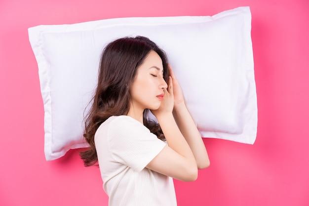 Femme asiatique, dormir, sur, rose