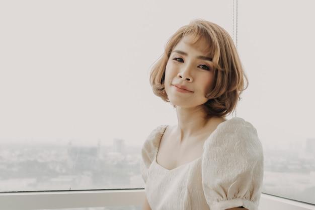 Une Femme Asiatique Douce Et Douce Porte Une Robe Blanche Photo Premium