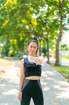 Femme asiatique, eau potable, dans, sportwear