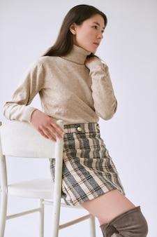 Femme asiatique élégante en jupe en laine à la mode