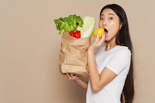 Femme asiatique, à, épicerie