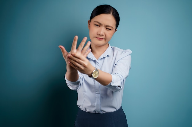 Une femme asiatique était malade avec des douleurs corporelles touchant son corps
