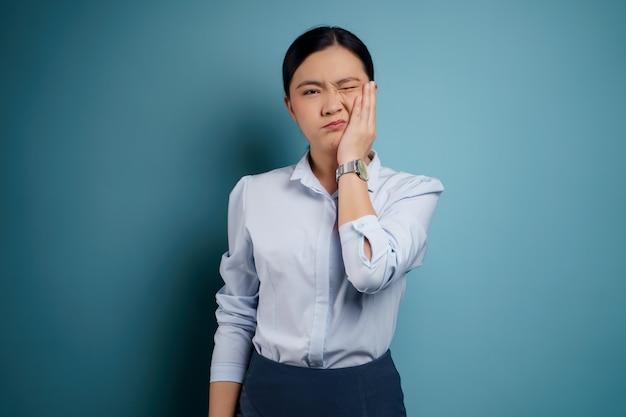 Femme asiatique était malade avec mal de dents touchant sa joue