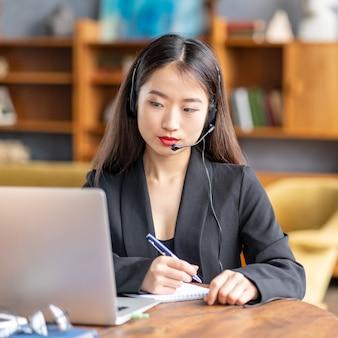 Femme asiatique étudiant cours en ligne, enseignement à distance sur ordinateur portable