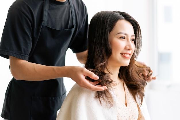 Femme asiatique avec une expression heureuse, faire de la coiffure au salong