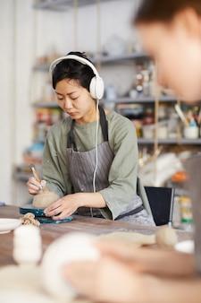 Femme asiatique, façonner, fond, de, bol