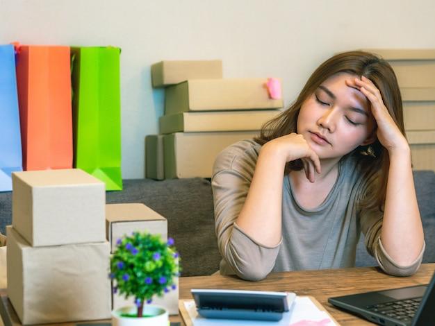 Femme asiatique, faire, indépendant, travail, à, ordinateur portable