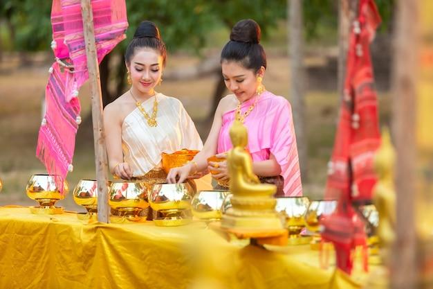 Femme asiatique à faire mérite à la statue de bouddha en thaïlande.