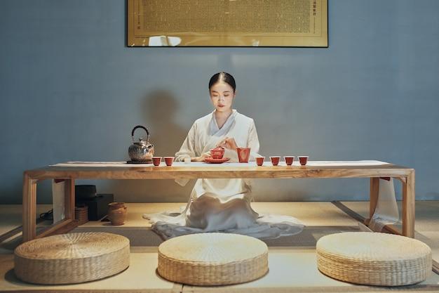 Femme asiatique fait une tisane