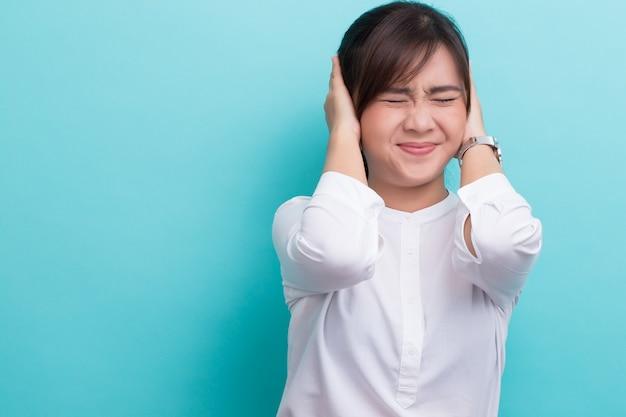 Femme asiatique ferme ses oreilles