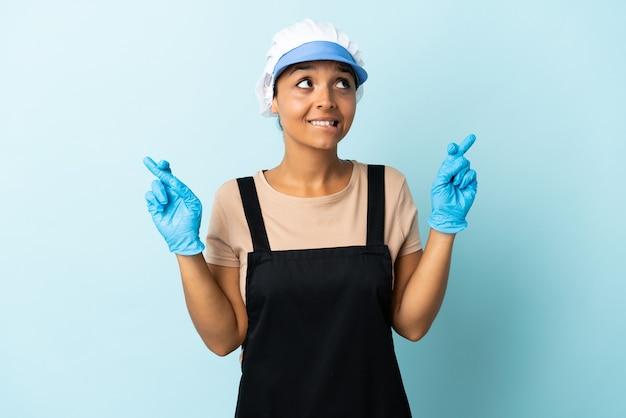 Femme asiatique fishwife avec les doigts croisés et souhaitant le meilleur