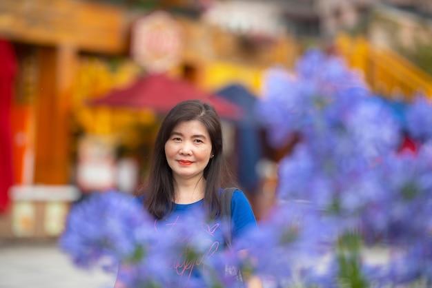 Femme asiatique avec fleur pourpre