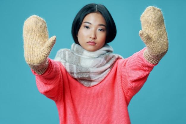 Femme asiatique sur fond de couleur vive posant modèle
