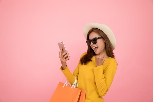 Femme asiatique font du shopping en été vêtements décontractés robe jaune