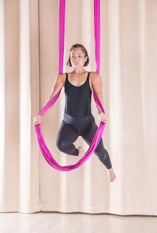 Femme asiatique, formation, dans, salle fitness, à, mouche, yoga, éléments