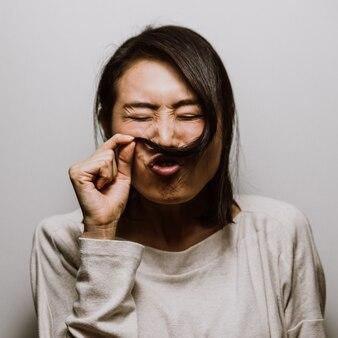 Femme asiatique grimaçant