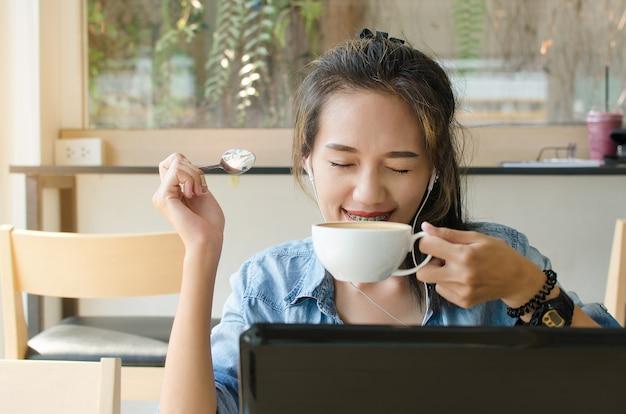 Femme asiatique heureuse au café. concept d'entreprise.