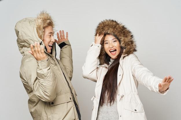 Femme asiatique, et, homme, sur, couleur vive, poser, modèle, ensemble