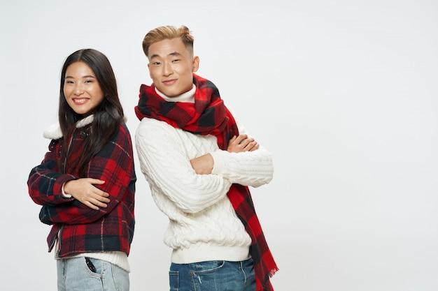 Femme asiatique, et, homme, à, vêtements hiver, poser