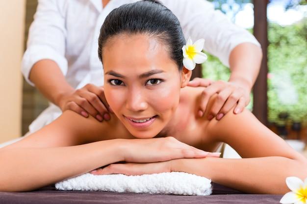 Femme asiatique indonésienne dans le spa de bien-être