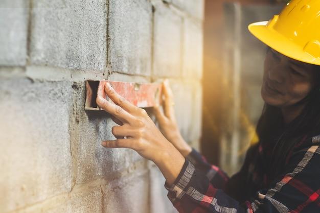 Femme asiatique, ingénieur travaillant sur le site travaille avec plaisir.
