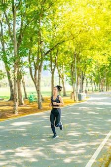 Femme asiatique, jogging, et, courant, dans parc
