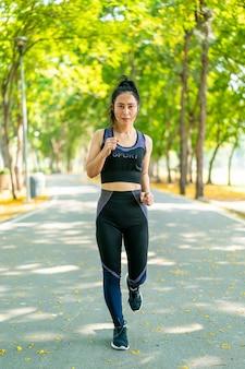 Femme asiatique, jogging, et, courant