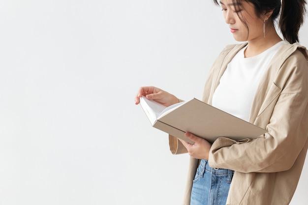 Femme asiatique lisant un livre