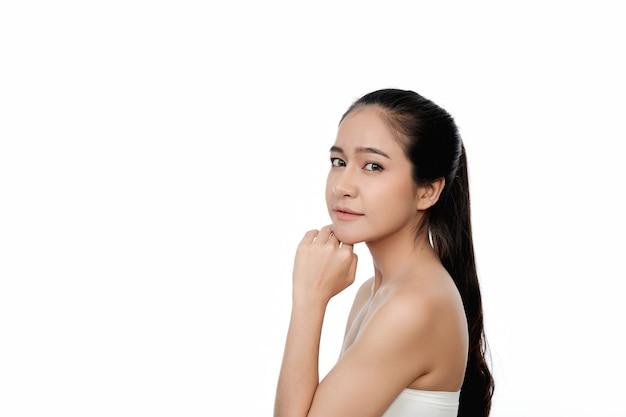 Femme asiatique, à, mains touchant visage