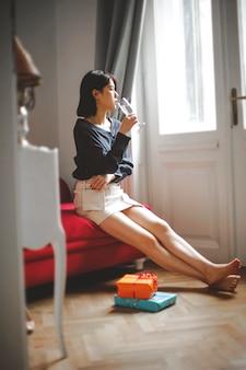 Femme asiatique à la maison