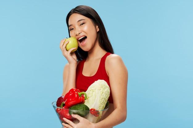 Femme asiatique, manger, fruits, et, légumes