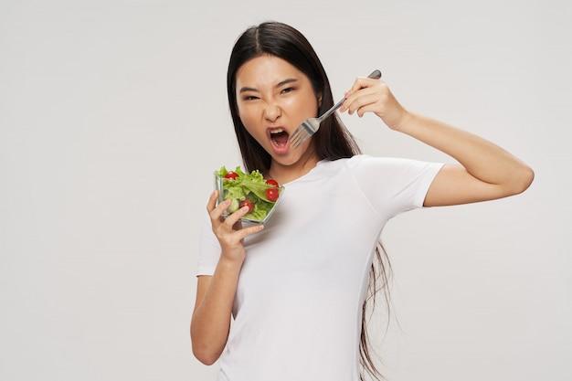 Femme asiatique, manger, salade, régime, concept