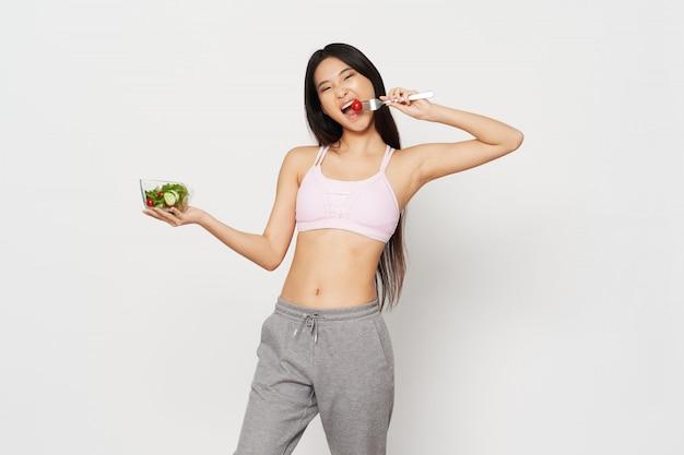 Femme asiatique, manger salade