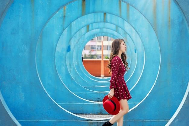 Femme asiatique marchant à hong kong.