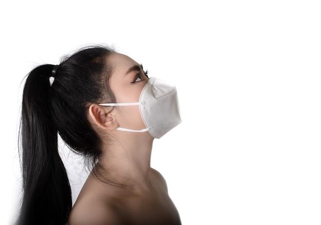 Femme asiatique mettant un masque respiratoire n95