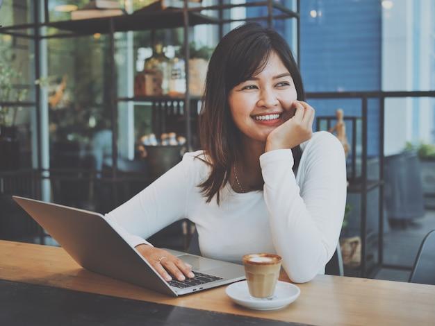 Femme asiatique, à, ordinateur portable, dans, café-restaurant