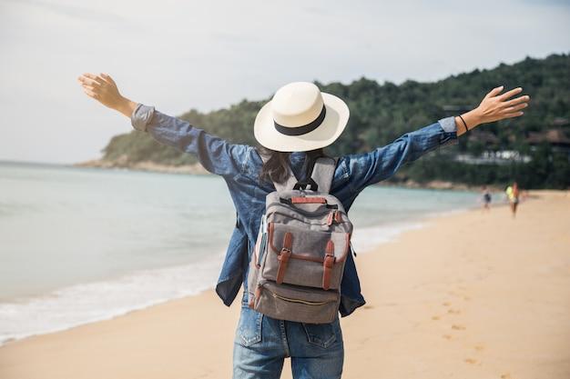 Femme asiatique sur la plage, vacances d'été, jeune femme, vue de dos sur le sable, mer, océan, vacances, voyage