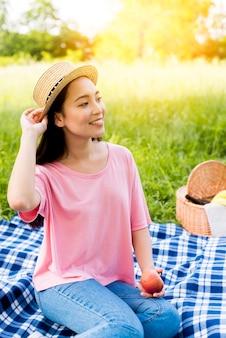 Femme asiatique, à, pomme, séance, sur, tissu