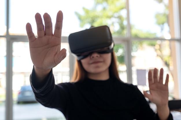 Une femme asiatique portant une caméra vr tout en jouant à des jeux