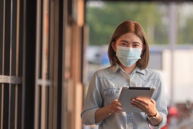 Femme asiatique portant un masque médical pour se protéger du coronavirus