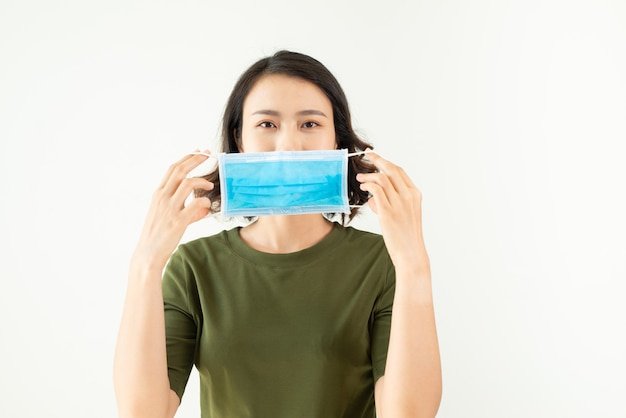 Femme asiatique portant un masque pour prévenir la poussière et le coronavirus.