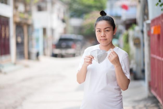 Femme asiatique portant un masque pour prévenir la poussière pm 2.5 et le virus corona, covid 19
