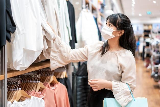 Femme asiatique, porter, masque protecteur, à, les, centre commercial