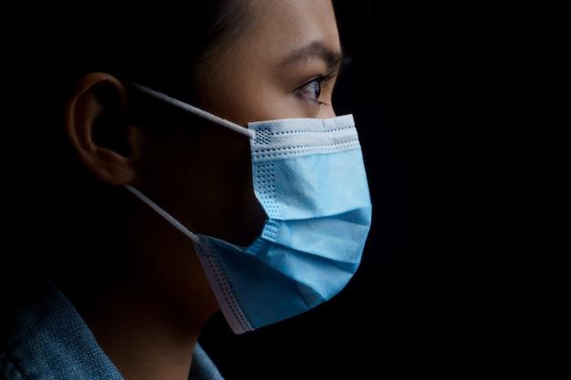 Femme asiatique, porter, masque protecteur, isolé