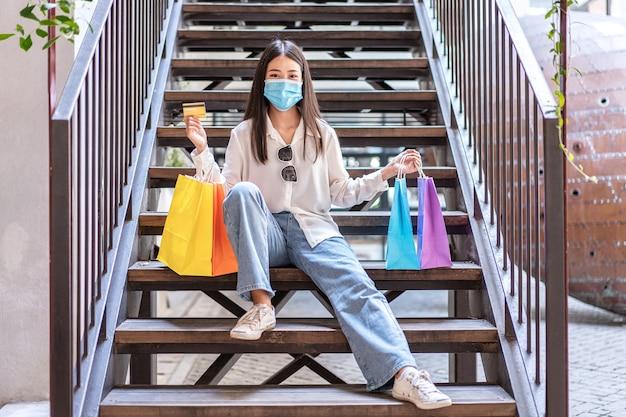 Femme asiatique, porter, masque protecteur